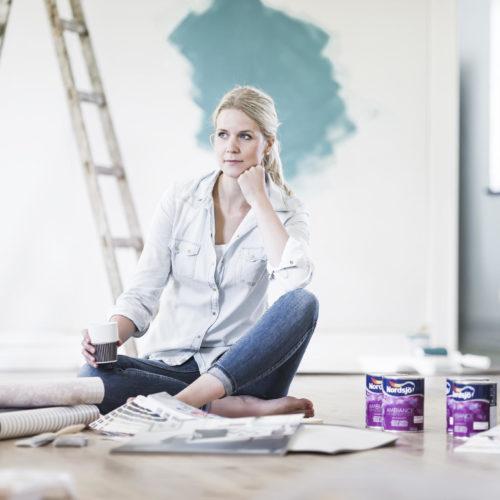 tjej målar vägg teal nordsjö