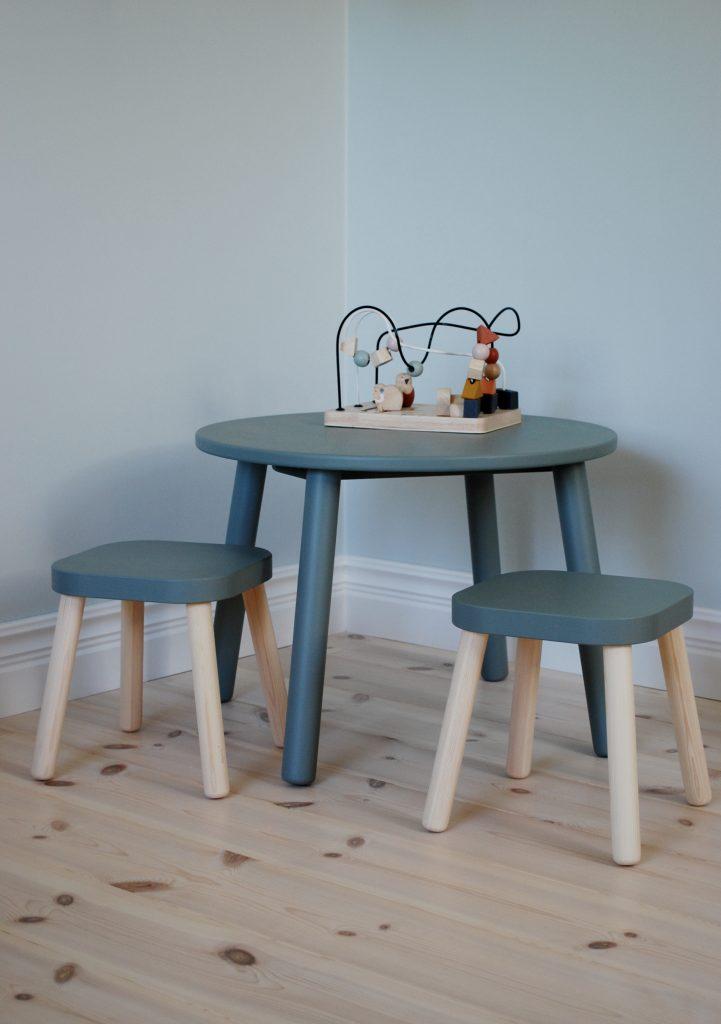 Måla möbler barnbord med två pallar